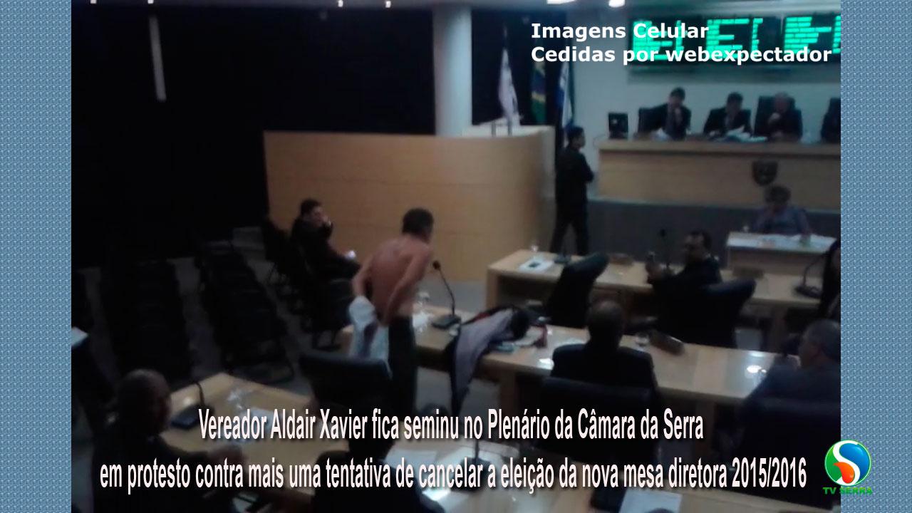 Em protesto, vereador fica seminu no Plenário da Câmara da Serra