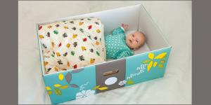 Recém nascido dormem em caixa de papelão na Finlândia.