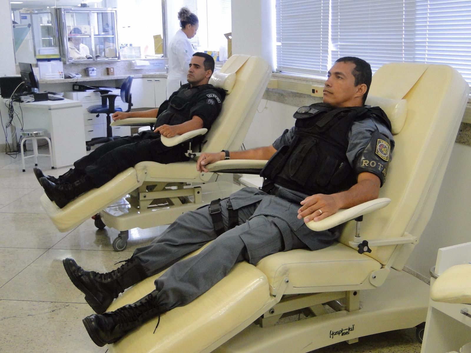 Grupo de policiais militares se reúne para doar sangue
