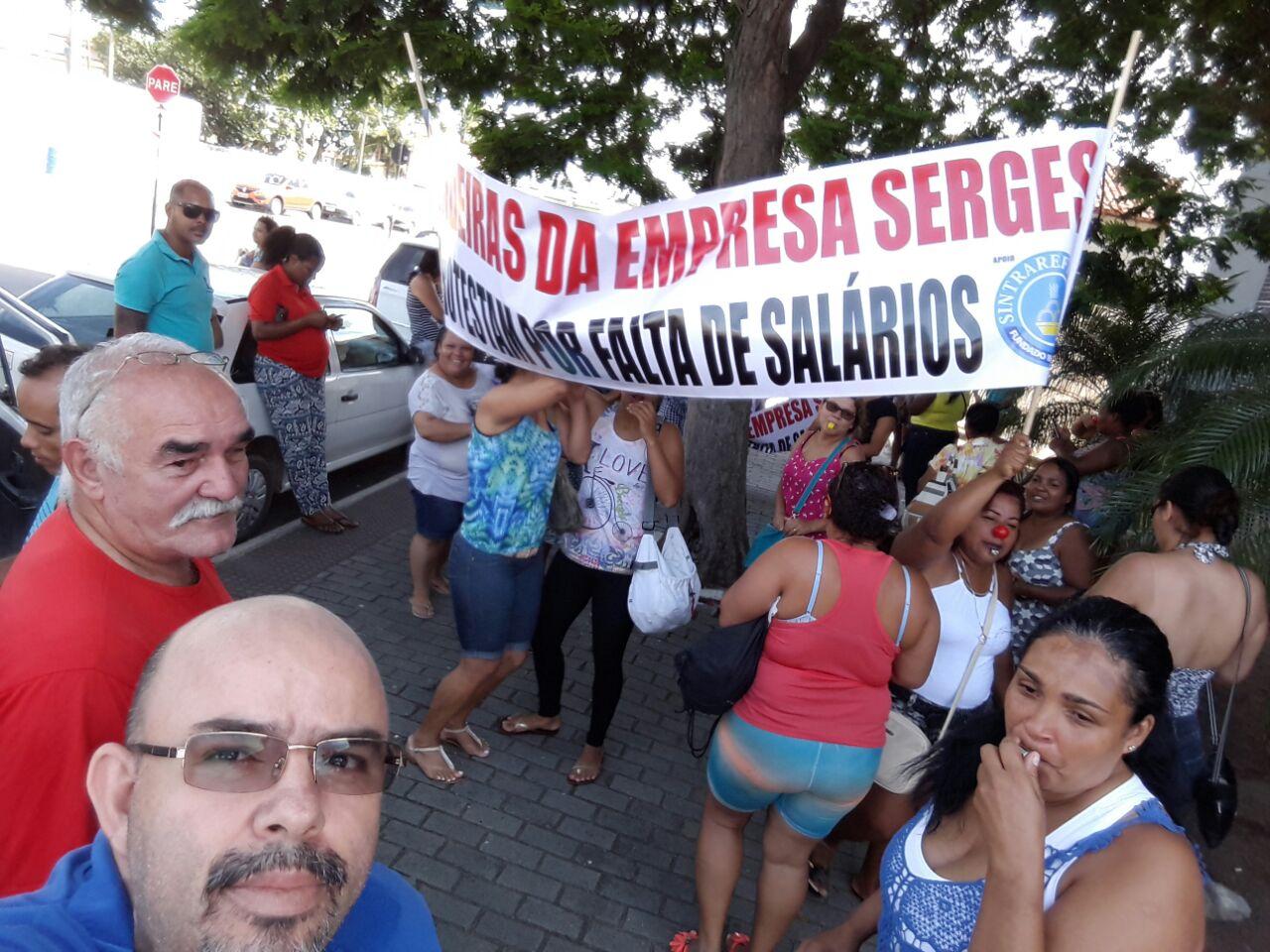 Trabalhadores protestam atraso em pagamentos