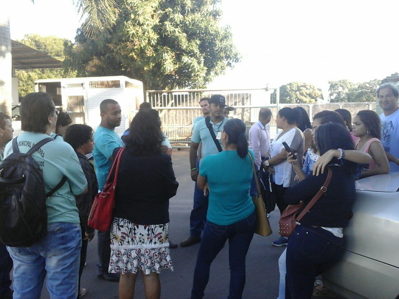 Agentes de saúde protestam contra demissão em massa na Serra